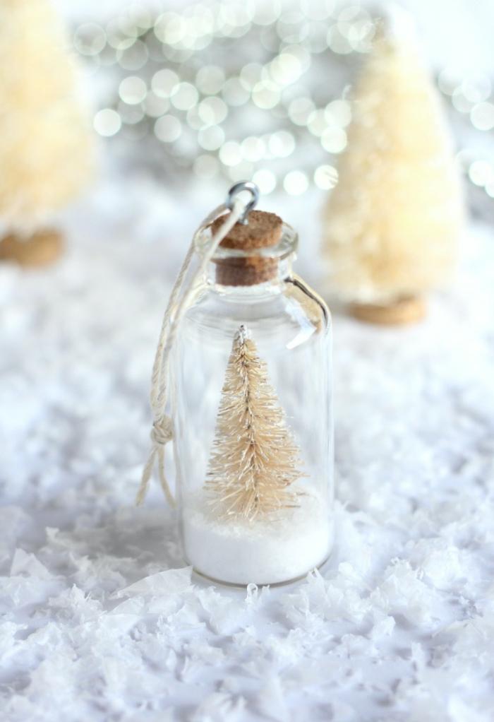 kleines fläschchen mit weißem tannenbaum schnee kreative weihnachtsornamente moderner weihnachtsbaum dekoration