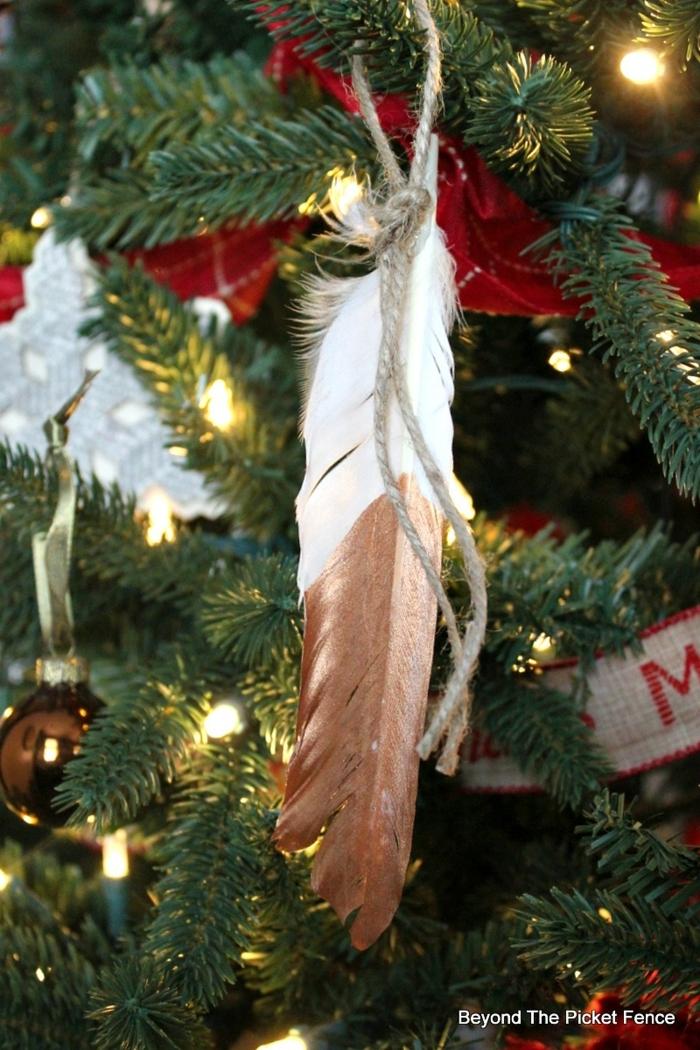 kreative deko ideen weihnachtsbaum schmücken mit feder baum dekoriert mit lichtern