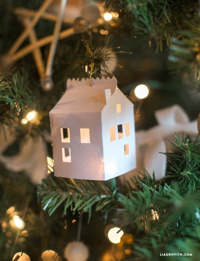 kreative deko tannenbaum weißes haus aus papier basteln diy ideen zu weihnachten grünen weihnachtsbaum dekorieren inspiration