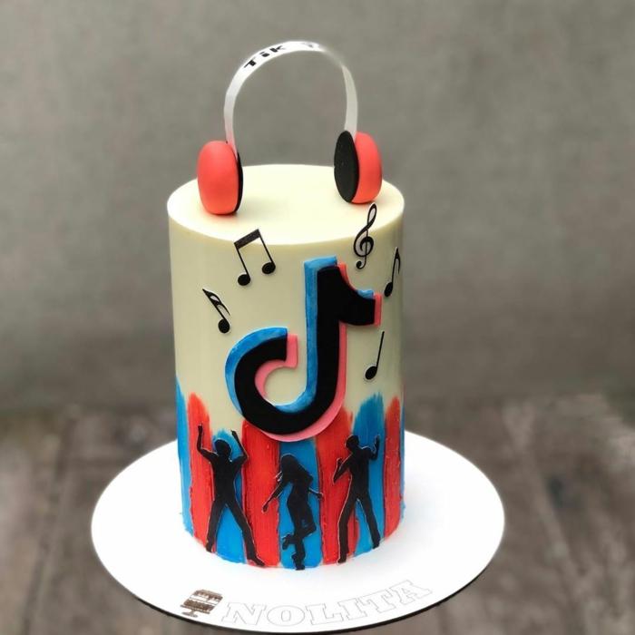 kreative dekoration geburtstagskuchen noten kopfhörer tanzende figuren torte zum 18 geburtstag tiktok inspo