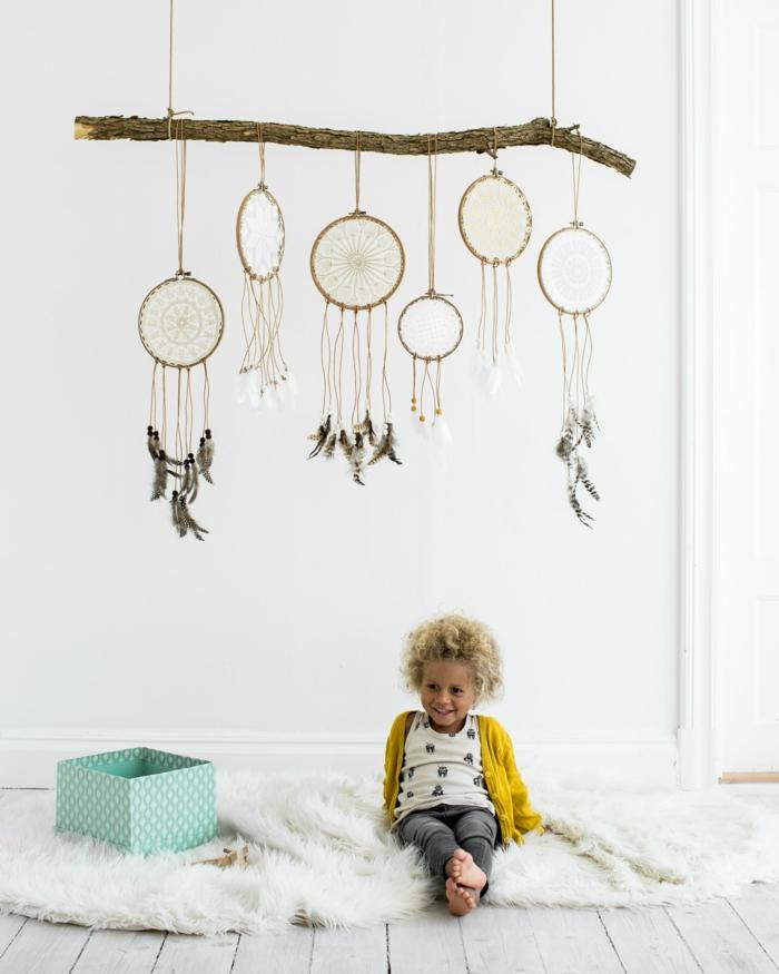 kreative dekoration kinderzimmer einrichten traumfänger basteln anleitung diy projkte inspiration kleines kind gelbe jacke