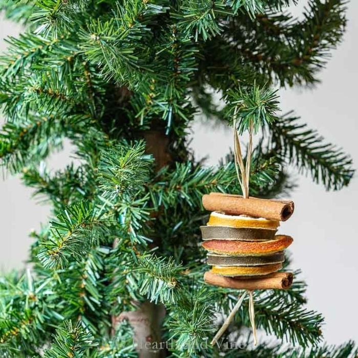 kreative ideen für weihnachtsdekoration grüner tannenbaum geschmückter weihnachtsbaum mit trockenfrüchten zimtstangen