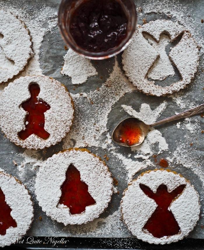 kreative ideen für weihnachtsplätzchen figuren von tannenbaum engel männchen kekse bestreut mit puderzucker einmachglas mit marmelade