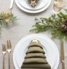kreative minimalistische tischdeko servietten falten weihnachten einfach anleitung tannenzweige deko weiße teller