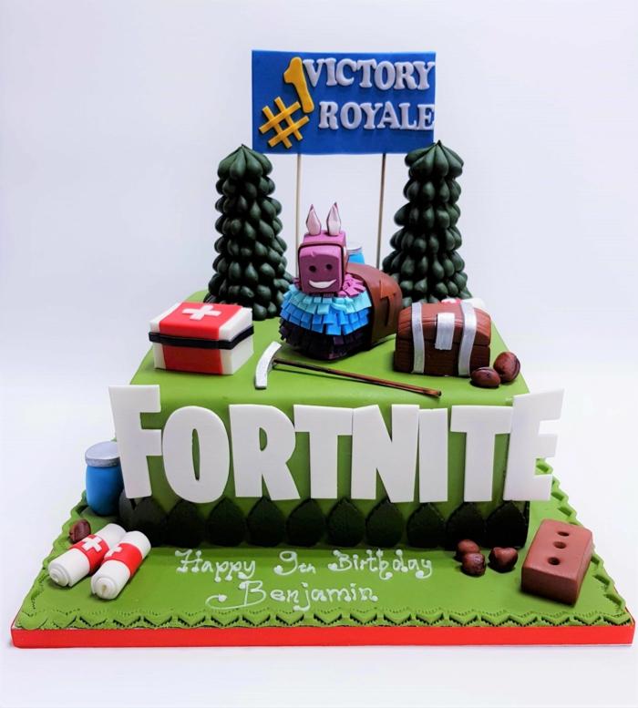 kreative party ideen geburtstag fortnite tortendeko zwei tannenbäume dekorative figuren aus dem spiel inspiration