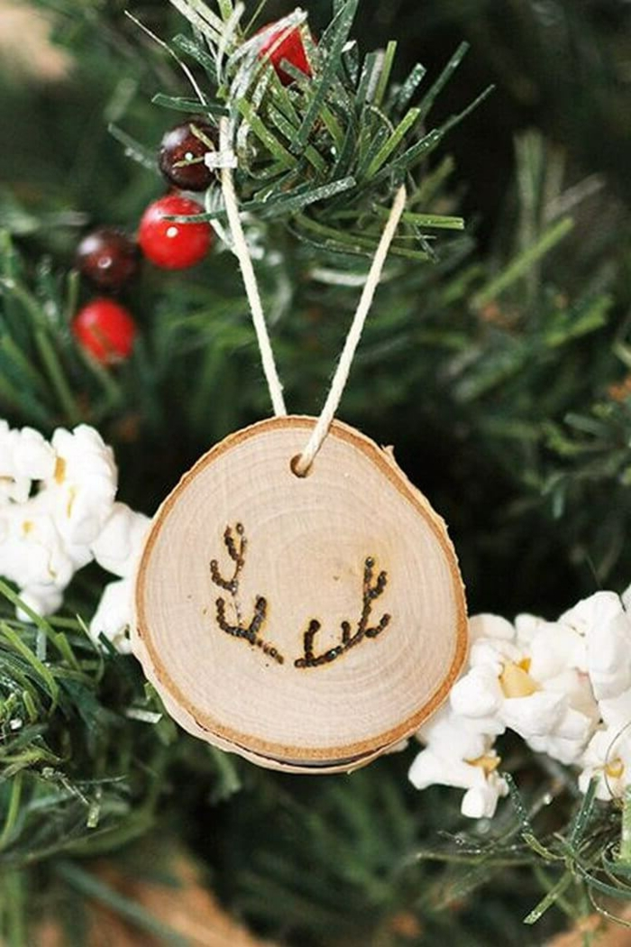 kreative weihnachtsbaum dekoration ornament aus holz abgebildete hirschhörner