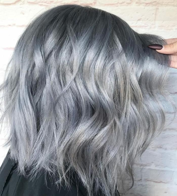 kurzes graues haar eine frisur mit grauem haar für frauen eine weiße wand