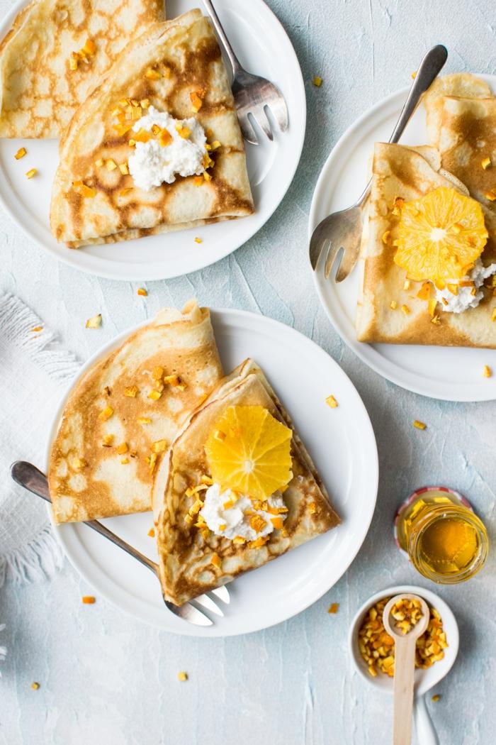 löffel aus holz weiße teller und viele vegane pfannkuchen löffel und gabel orange