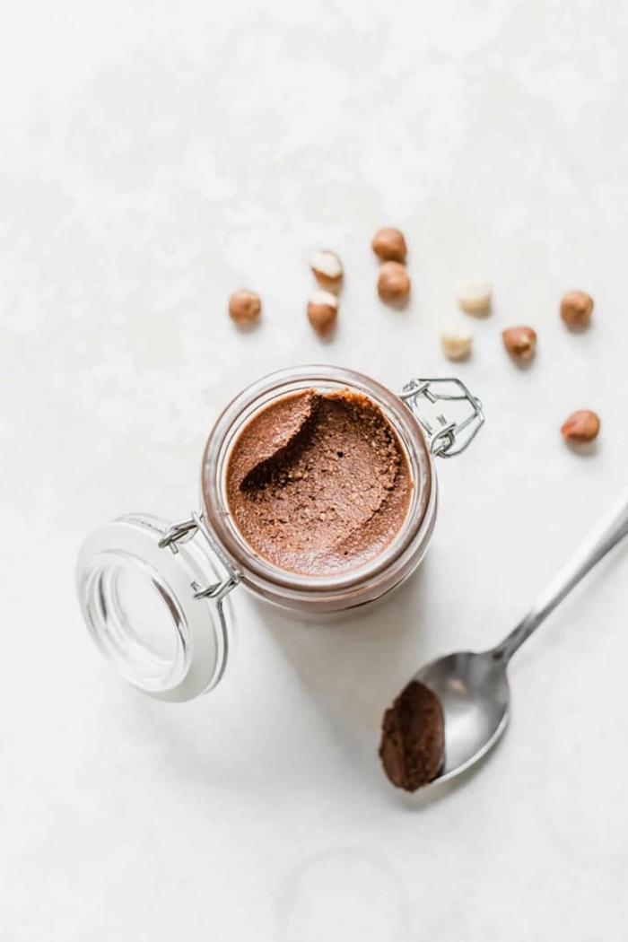 löffel und glas mit nutella alternative ein veganes nutella selber machen vegane desserts