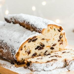 lampen weihnachten ein brett aus holz und ein weihnachtsgebäch ein brot mit puderzucker