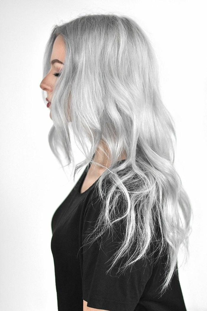 lange graue haare frisur für damen eine junge frau mit grauen haaren und einem pullover