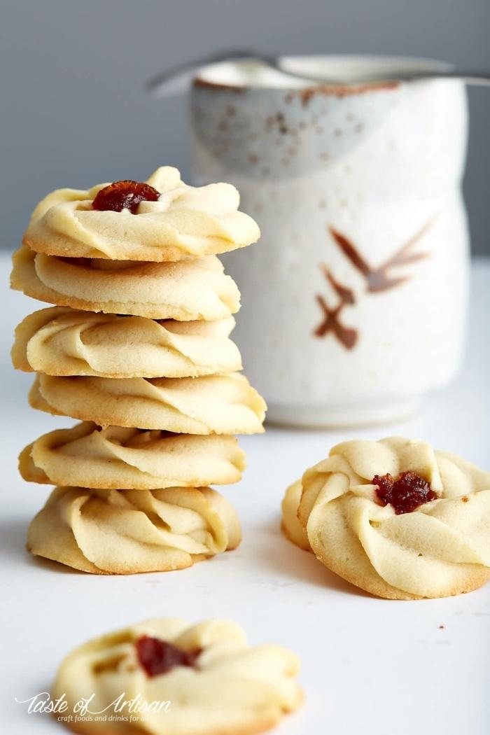 leckere butterkekse mit marmelade chefkoch weihnachtsplätzchen backen aufeinander gestellte kekse leckere desserts