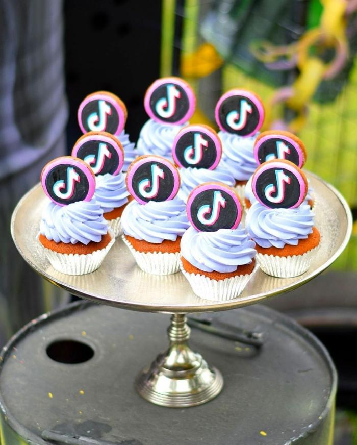 leckere cupcakes blauer zuckerguss geburtstagstorte 18 geburtstag inspiration tiktok dekoration ideen silberner tortenständer