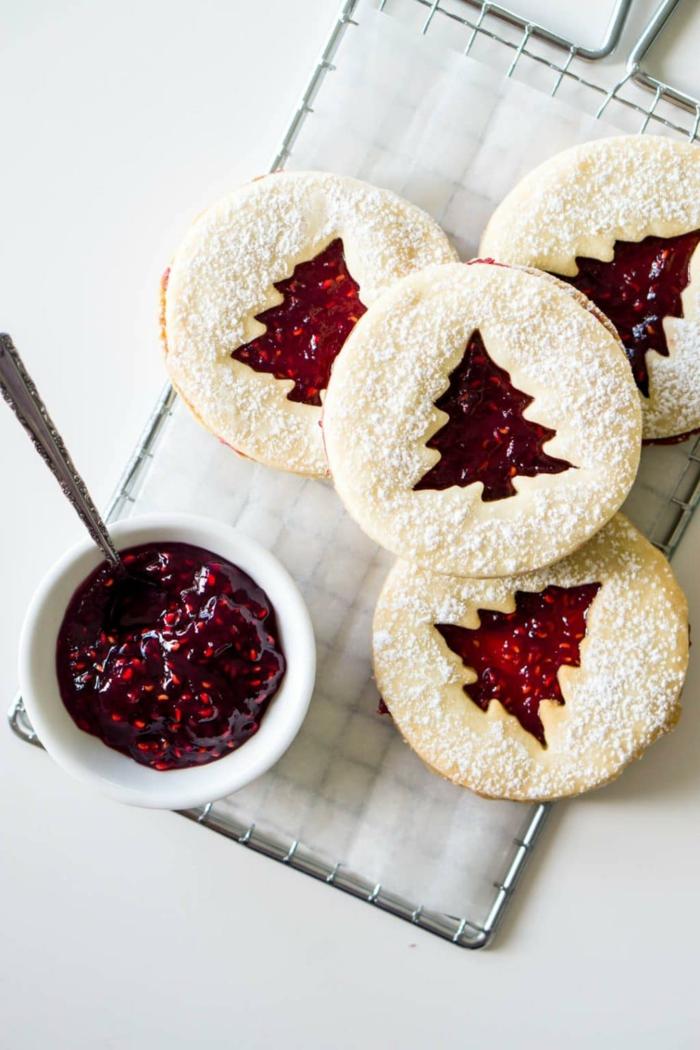 leckere kekse für weihnachten backen kleine schale mit marmelade tannenbaum figur chefkoch weihnachtsplätzchen rezept weihnachtsgebäck auf kleinem grillrost