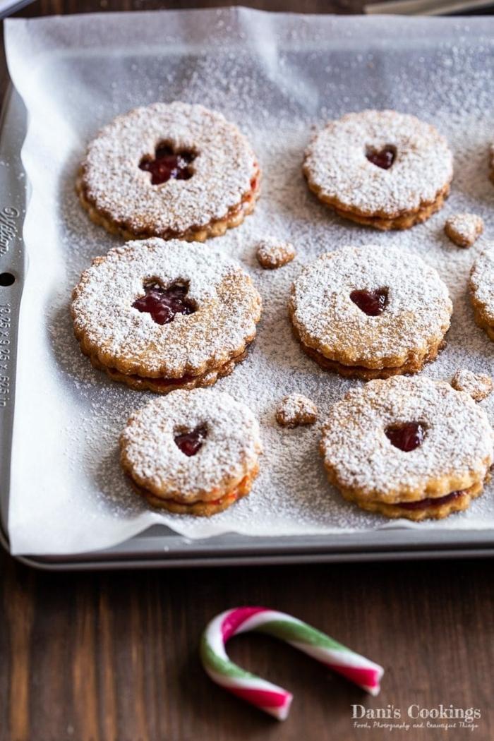 leckere weihnachtsrezepte spitzbuben mit mandeln weihnachtskekse mit marmelade backen kekse auf einem backblech