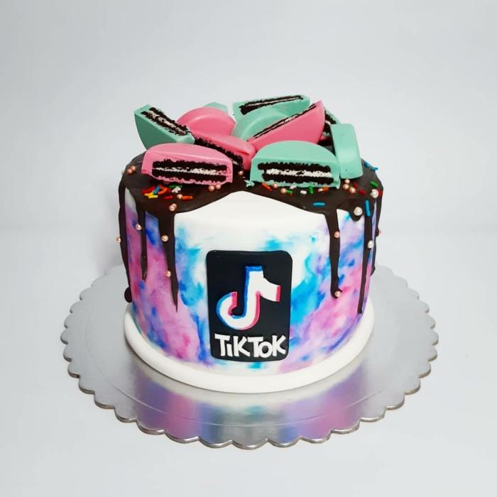 leckerer kuchen geburtstag tiktok style dekoration weiße torte mit bunte deko pinke grüne kekse social media cake inspo