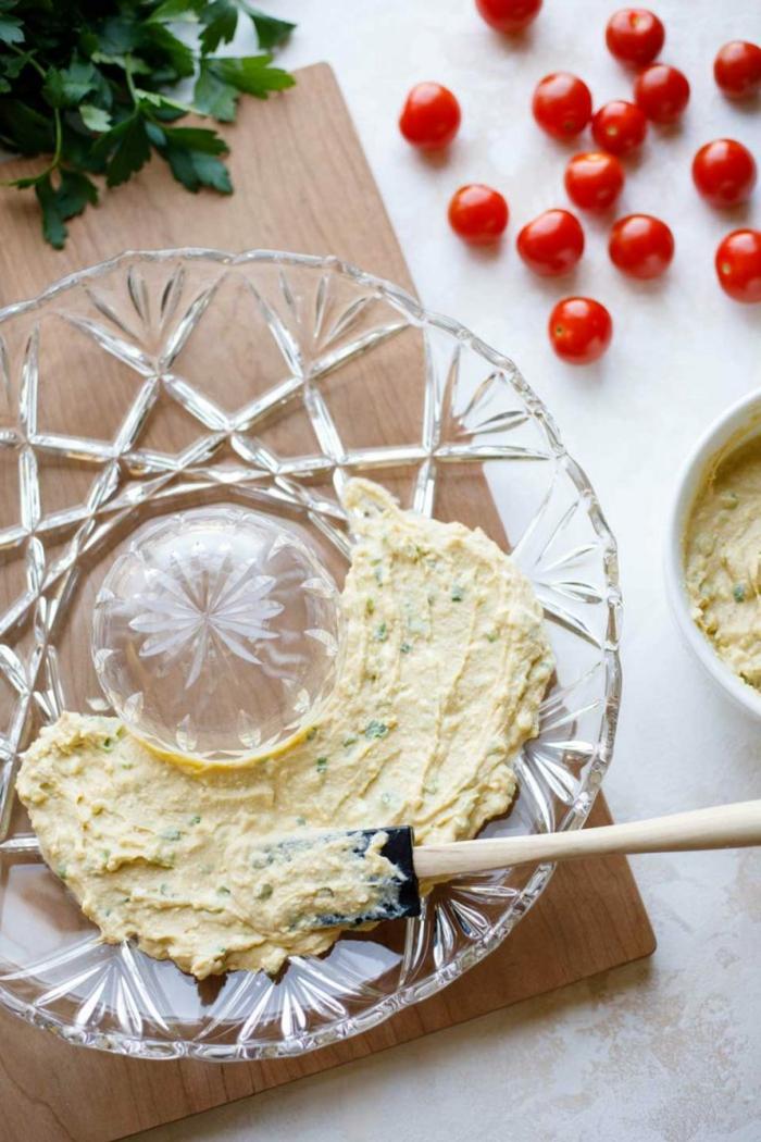 leichte vorspeisen weihnachten vorspeise weihnachten vegetarisch humus mit feta tomaten paprika garnieren