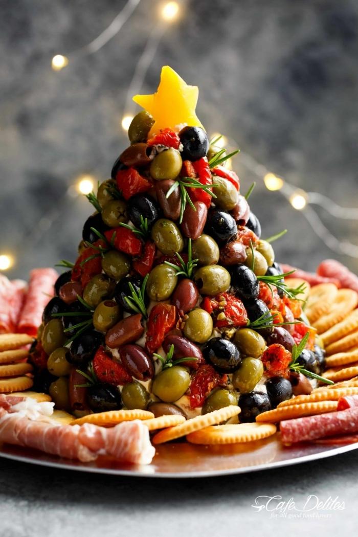 leichte vorspeisen weihnachtsmenü tannenbaum mit tomaten käase oliven crema kräcker und salami auf blech