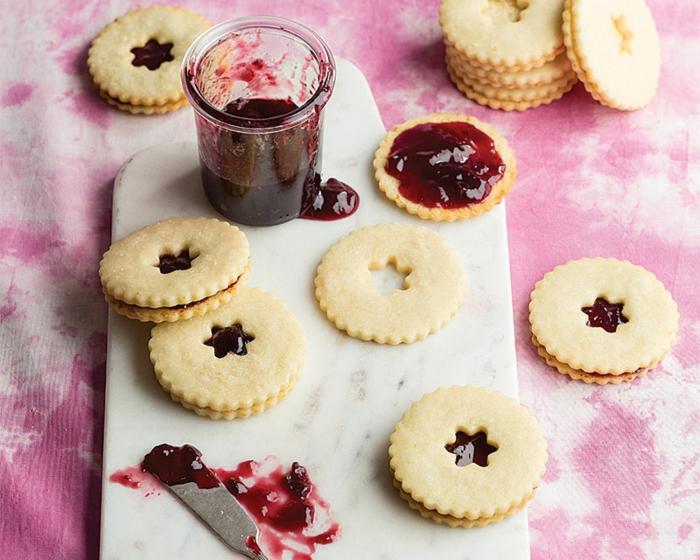 linzer kekse rezept weihnachtgebäck selber machen omas spitzbuben rezept dose mit marmelade leckere plätzchen