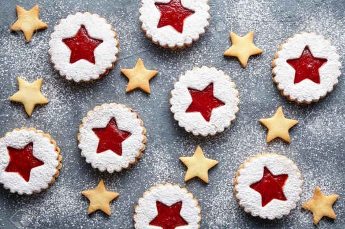 linzer-stern-kekse-mit-marmelade-füllung-bestreut-mit-puderzucker-traditionelle-weihnachtskäkse-backen-chefkoch-weihnachtsplätzchen-backen