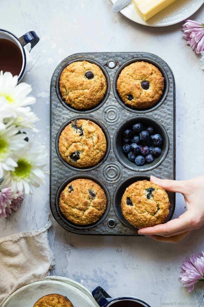 low carb muffins blaubeeren und mandelmehl sechs muffins im blech