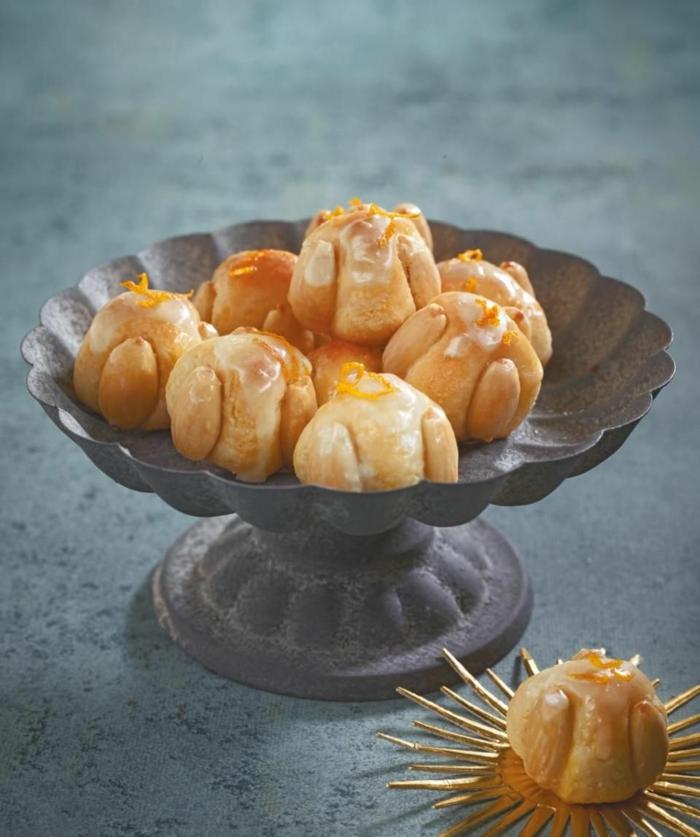 low carb weihnachtsplätzchen mit orangen und kokos cookies in metal schüssel