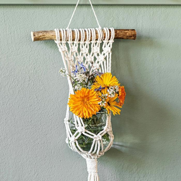 makramee vase einfaches netz knüpfen vase gelbe blumen auf die wand hängen