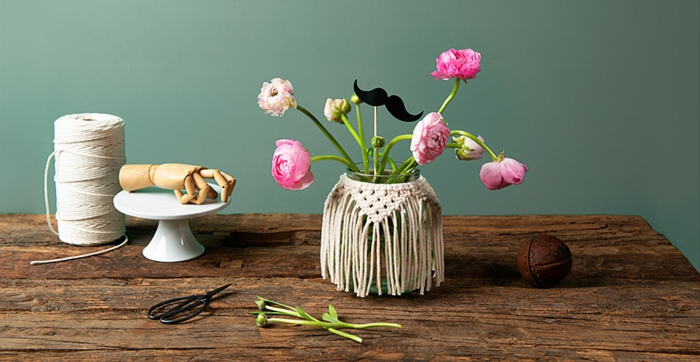 makramee vase rosa blumen pfingstrose holzfiguren holztisch makramee glas diy