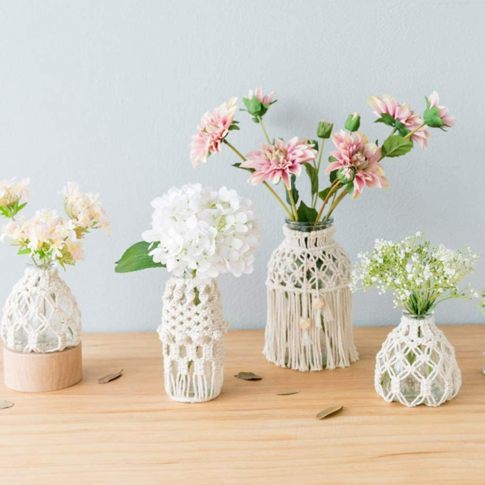 makramee vasen anleitung makramee glas diy vier makramee vasen mit blumen holztisch weiße wand