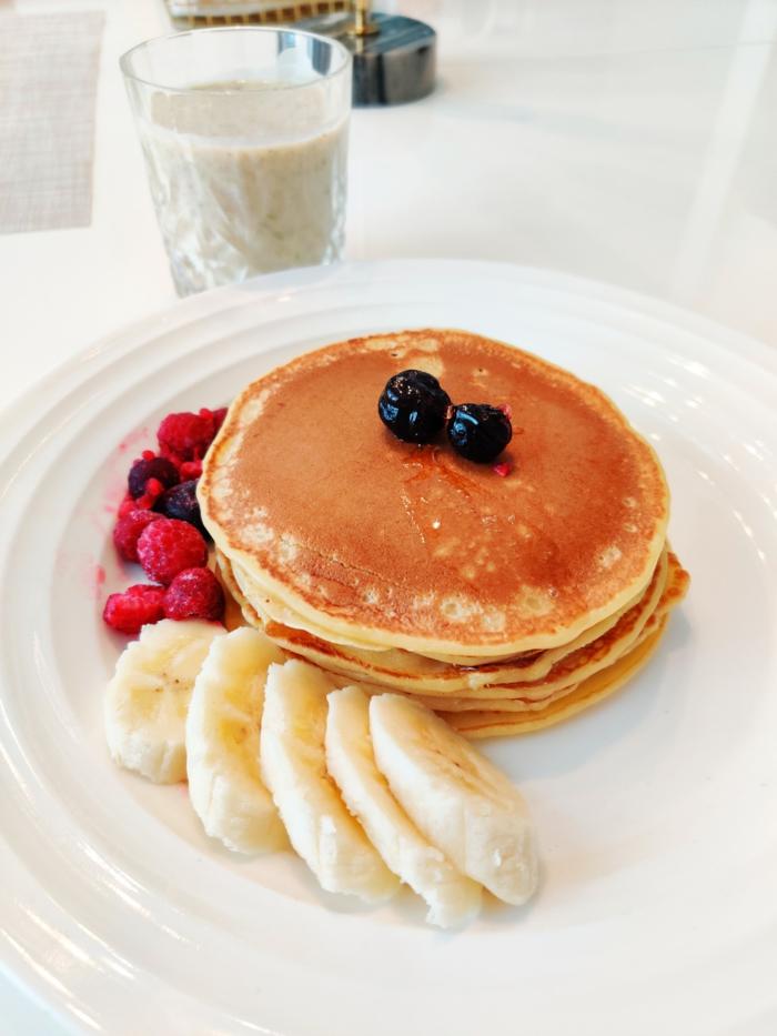 mandelmilch selber machen pfannkuchen mit blaubeeren banane und himbeeren