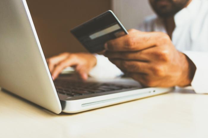 mann kauft online verkaufsplattform incobis produkte online verkaufe grauer laptop online marktplatz