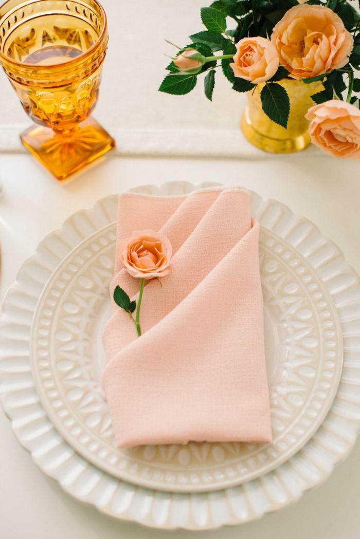 minimalistische tischdeko weihnachten rosa servietten falten einfach schöne rosen dekoration weißer teller