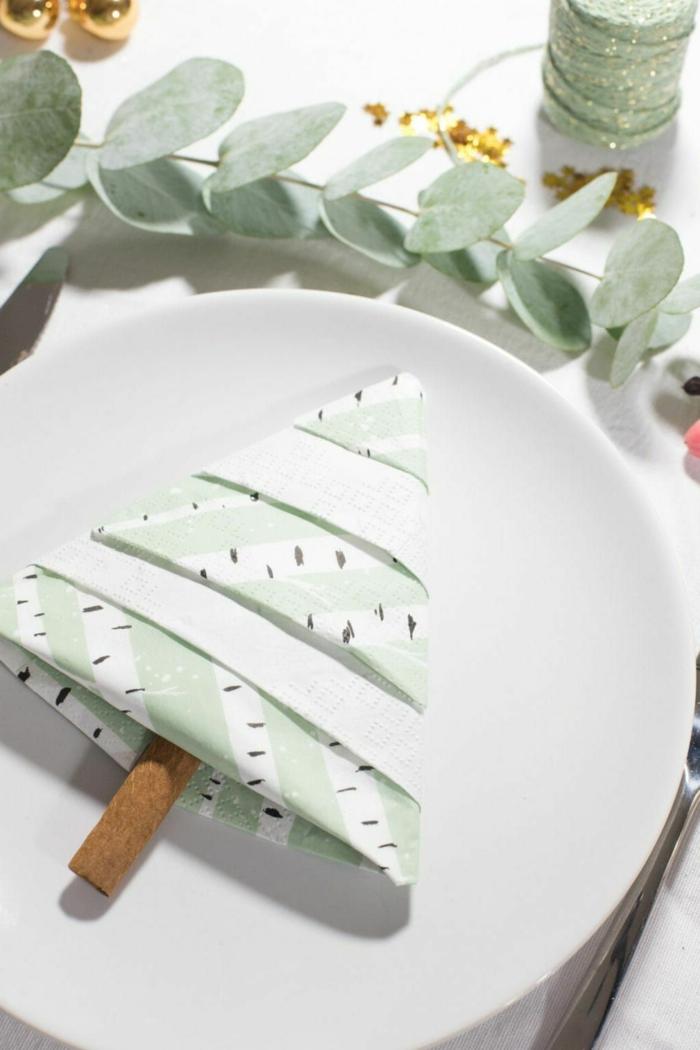 minimalistische tischdekoration weihnachten tisch decken servietten falten tannenbaum weißer teller deko inspiration
