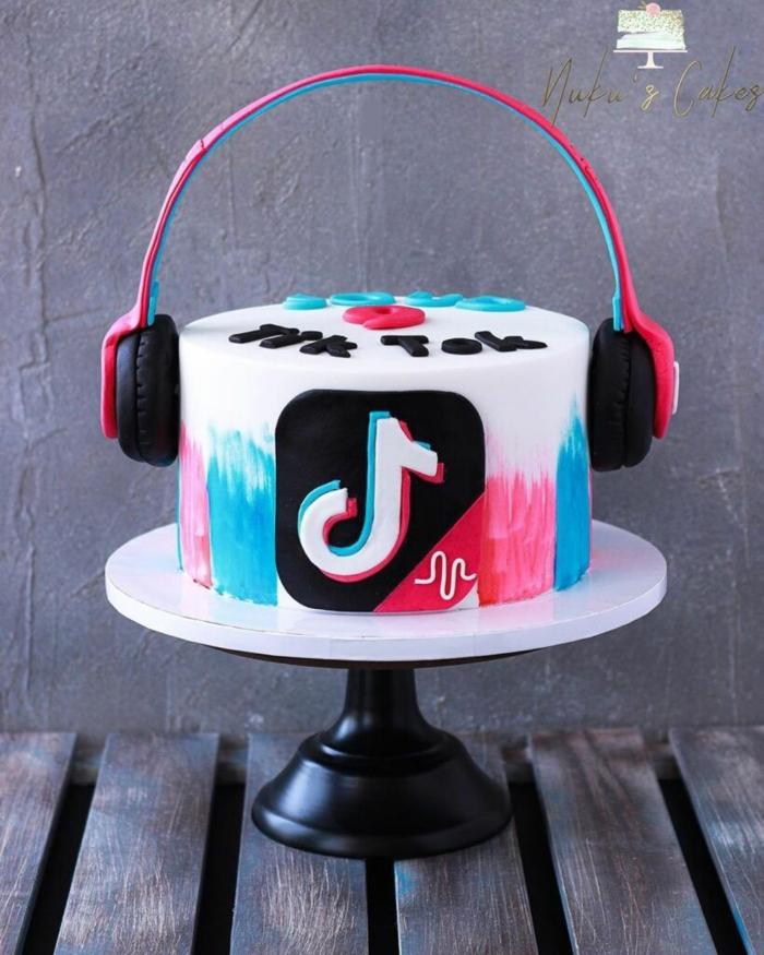 moderne geburtstagstorte tiktok torte vanille pinke blaue lebensmittelfarbe kuchen geburtstag dekoration kopfhörer