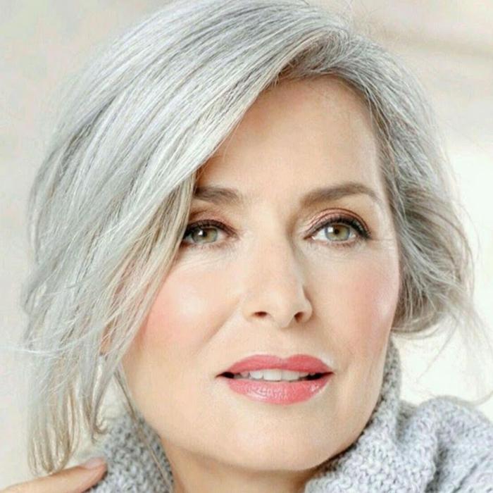 natürliches make up und eine frisur für alte frauen mit grauen haaren