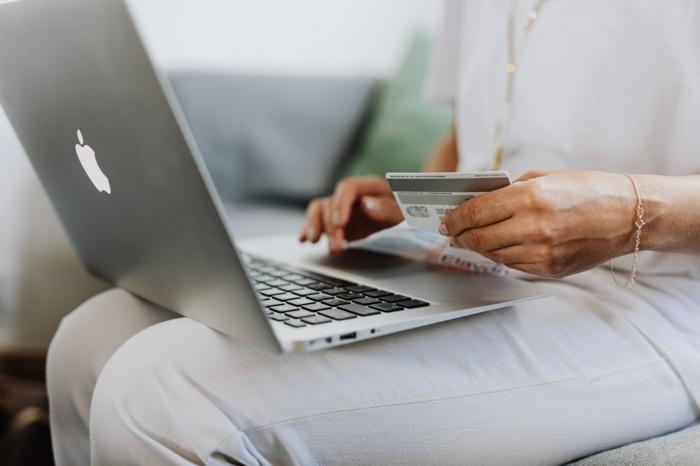 online einkaufen top angebot bequem einkaufen von zuhause aus kreditkarte frau
