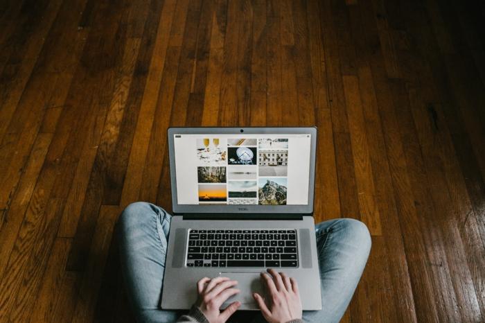 online plattform incobis e commerce produkte online verkaufen person sitzt am laptop