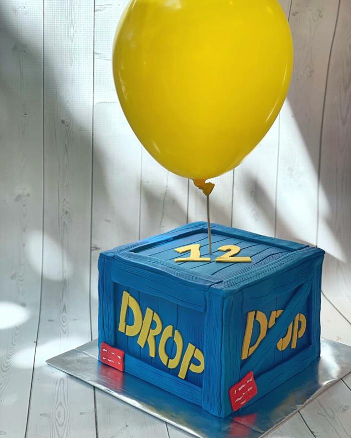 online spiel inspirierter geburtstag blauer kasten gelber luftballon fortnite tortendeko drop package 12 geburtstagsparty