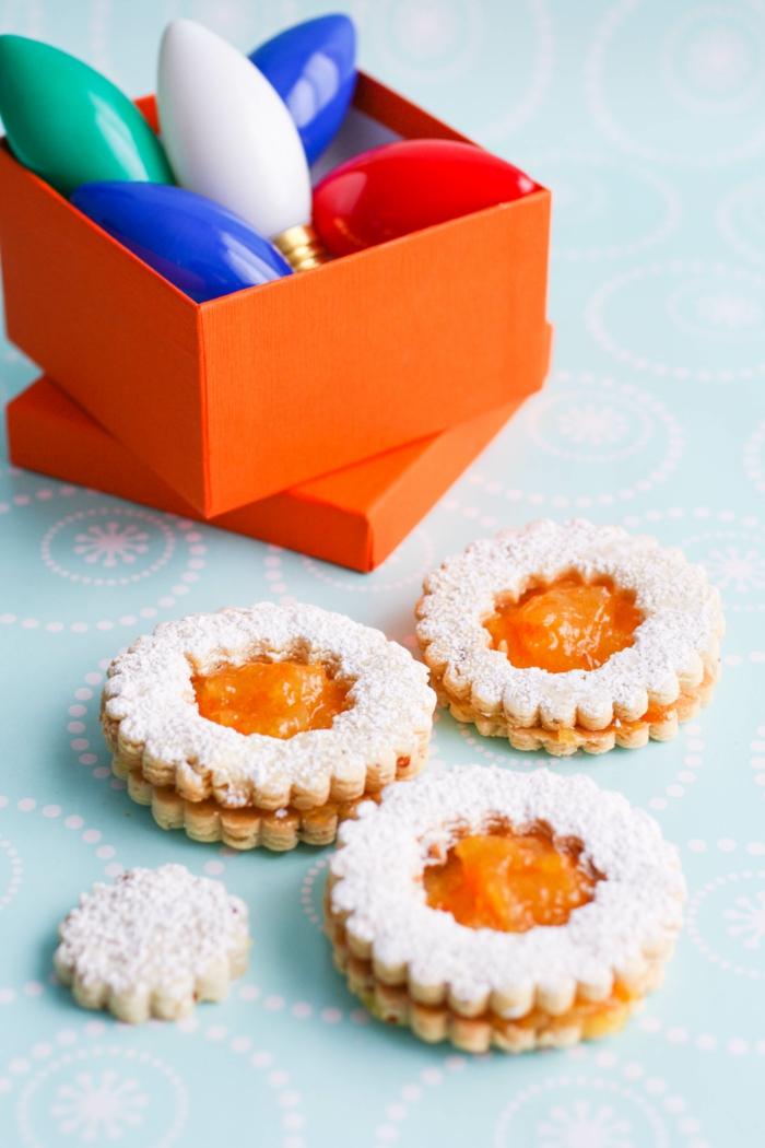 orange box mit weihnachtsdekoration omas spitzbuben rezept mit aprikosenmarmelade weihnachtsdesserts selber backen rezepte