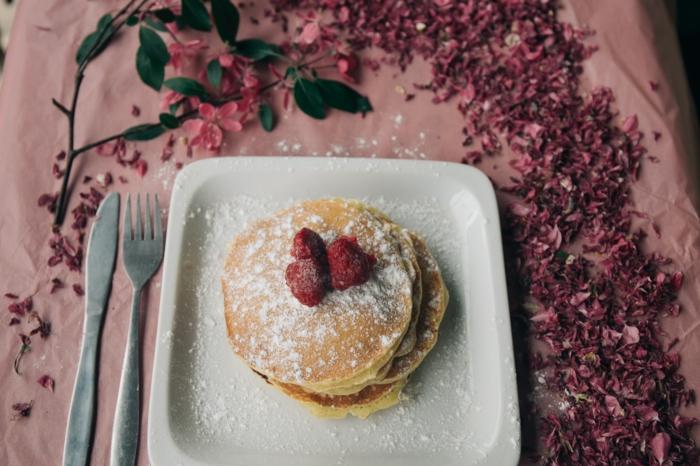 pfannkuchen mit puderzucker einfaches rezept für vegane pfannkuchen mit mandelmilch teller löffel und gabel