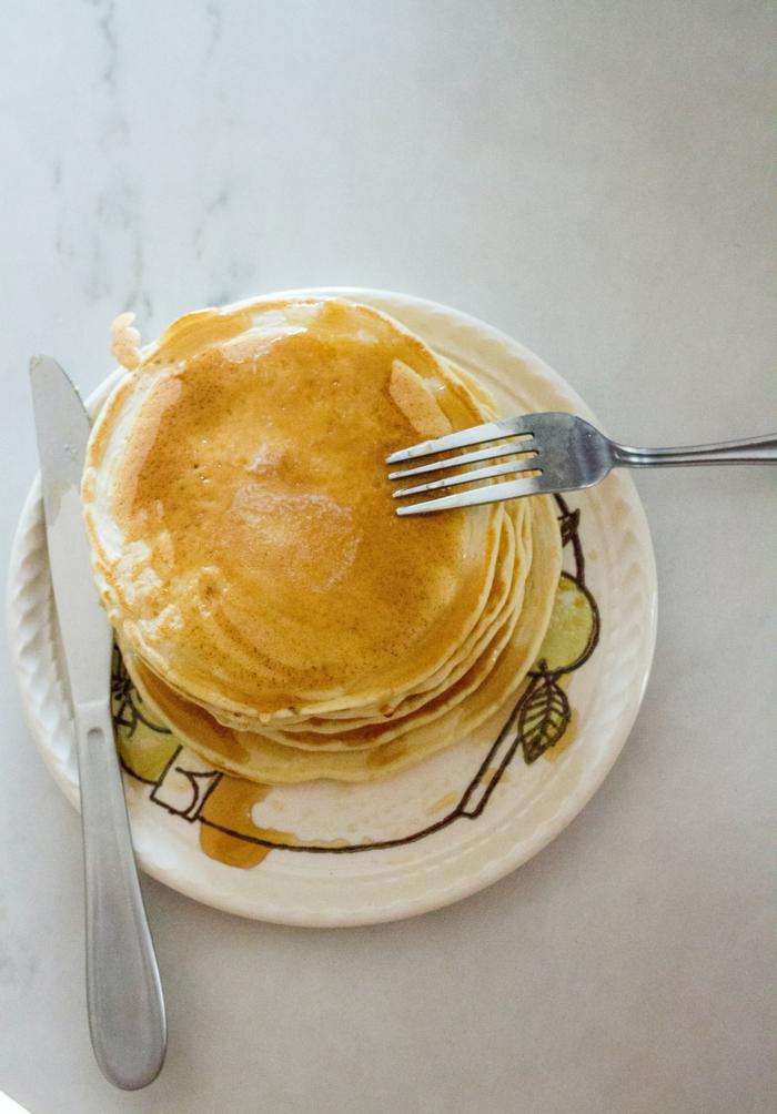 rezept für vegane pfannkuchen mit ahornsirup messer und gabel