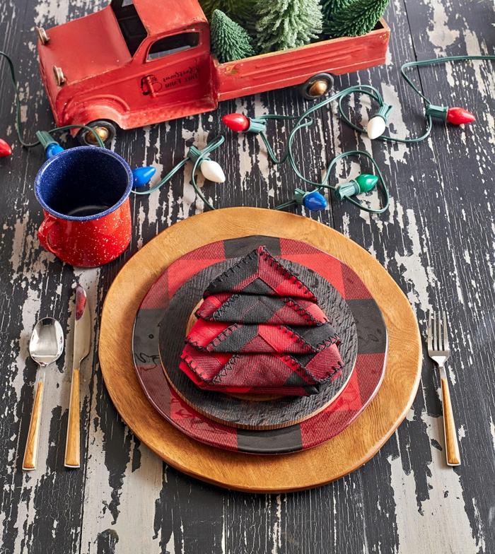 rot schwarze servietten falten modern festliche dekoration weihnachten bunte lichterketten rote tasse deko inspiration