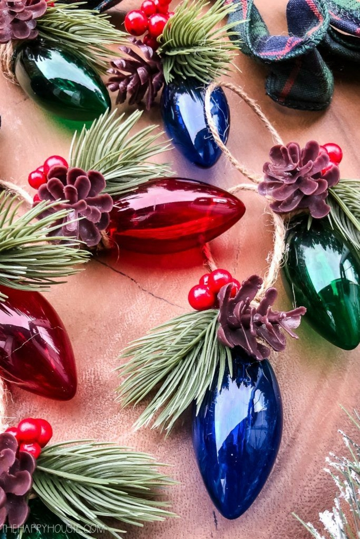 rote blaue weihnachtkugeln mit tannenzapfen deko tannenbaum ideen und inspiration dekoration weihnachten