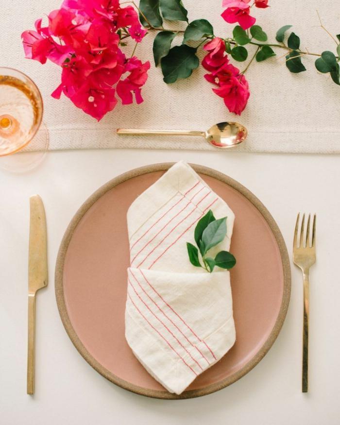 rote blumen tischdeko inspiration goldener besteck weihnachtsservietten falten diy anleitung schritt für schritt weiße serviette