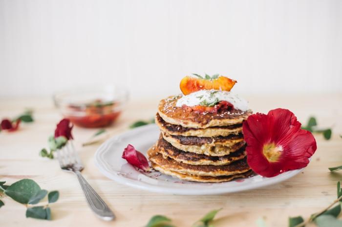 rote blumen und weißer teller mit pfannkuchen gabel einfaches rezept für vegane pfannkuchen mit mandelmilch