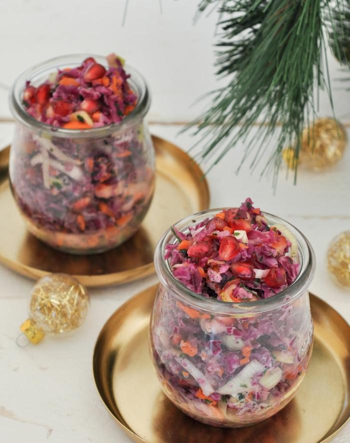 roter cole slaw zu weihnachten rotkohlvorspeisen im glas weihnachtsmenü salat mit lauch äpfeln möhren granatapfel