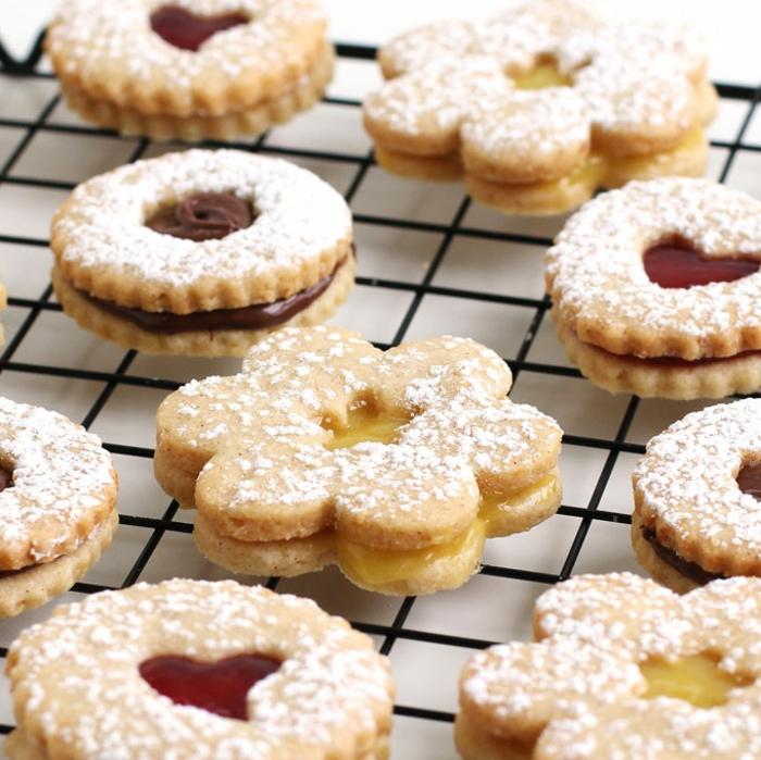 süßigkeiten weihnachten selber zubereiten kekse auf grillrost spitzbuben plätzchen mit marmelade und nutella verschiedene formen