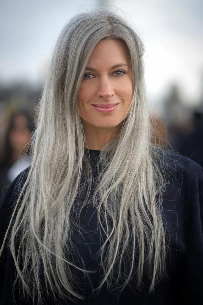 sarah harris eine frau mit schwarzem pullover und langen grauen haaren