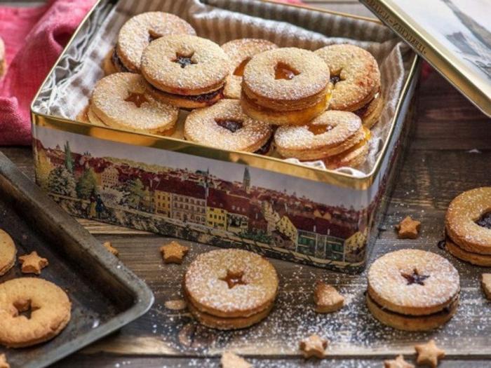 schöne schachtel mit weihnachtskeksen traditionelles weihnachtsgebäck beste weihnachtsplätzchen mit marmelade backen