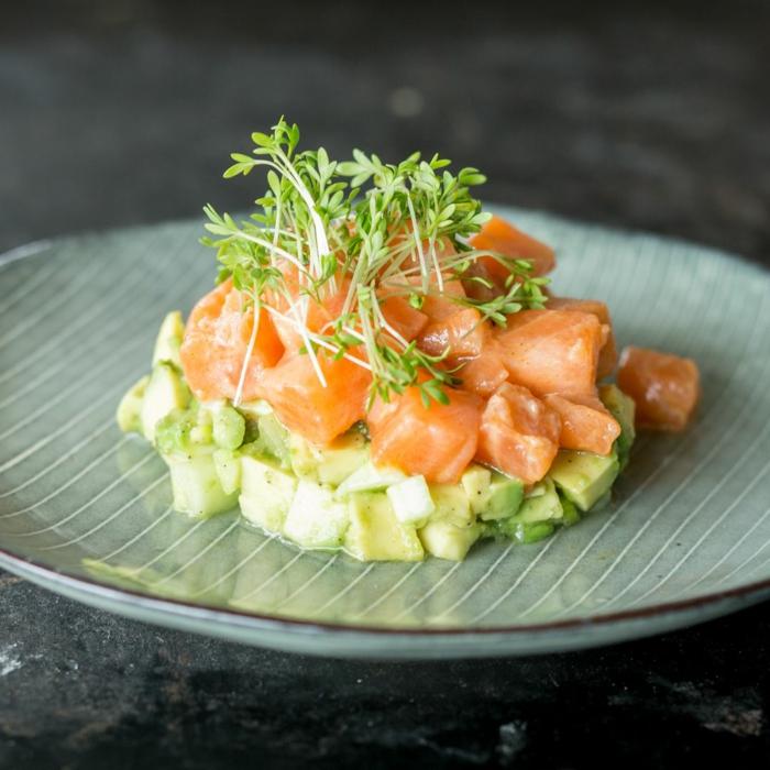 schnelle vorspeisen zum vorbereiten lachsfilet mit avocado auf teller vorspeise für weihnachten